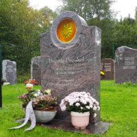 Urnengrabstätte Urnengrab pflegeleichte Grabgestaltung Rasengrabstätte Grabstein Sonne Glaseinsatz Friedhof Ronshausen Hessen Steinmetz