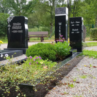 Einzelgrab Einzelgrabstein mit Einfassung Granit schwarz poliert Grabbepflanzung Sommer immergrün Kies Grabstelen zweiteilig Steinmetz Friedhof Ronshausen