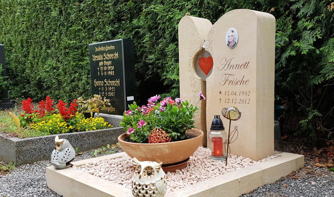 Pflegeleichte Grabgestaltung mit Kies Urnengrab Einfassung Grabstein zweiteilig Glas Element Herz Bild Grabschmuck Grabdeko Junge Menschen Friedhof Großschwabhausen