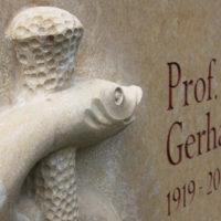 Schrift Inschrift Beschriftung Doppelgrab Grabstein Aesculap Stab Schlange Mediziner Arzt Kalkstein Symbol