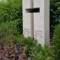 helle Grabsteine für Doppelgräber Kreuz Symbol Kalkstein