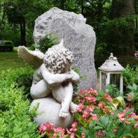 Grabgestaltung Ideen Beispiele Grabschmuck Engel Grabfigur Grabdeko Kinder Junge Menschen Grabstein Felsen Findling Grabbepflanzung Sommer Erfurt Hauptfriedhof