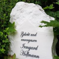 Urnengrabstein Grabspruch geliebt und unvergessen Felsen Findling rustikal Urnengrabstätte Jena Cospeda Friedhof Steinmetz