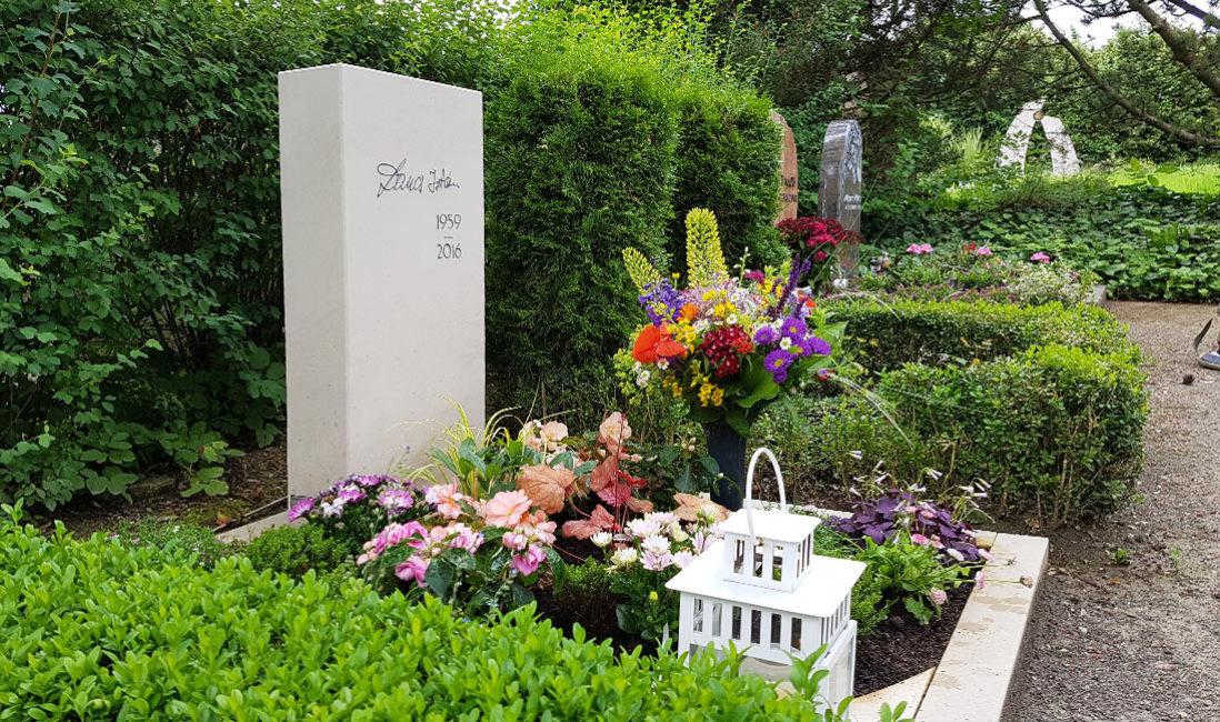 Kalkstein Grabmal besondere außergewöhnliche Urnengrab Grabbepflanzung Sommer Herbst Blumen Stauden Grabschmuck  Steinmetz Friedhof Erfurt Hochheim