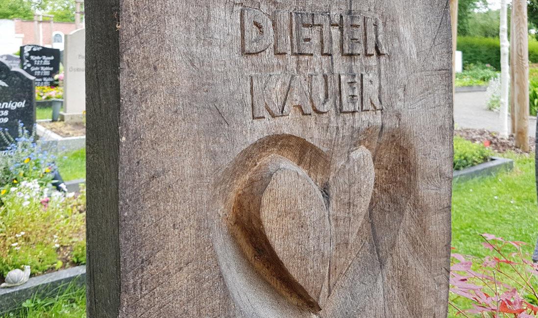 Holzgrabmal Holzgrabstein mit Herz Symbol Liebe Hersteller Produzent kaufen Beispiel Muster Idee Friedhof Erfurt Hochheim