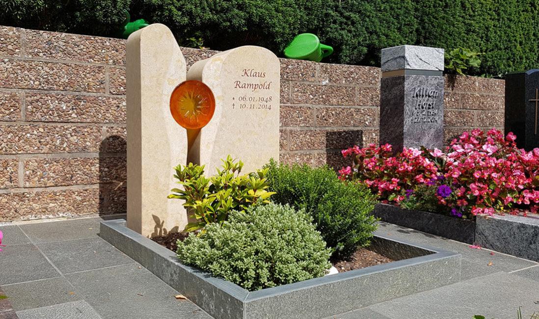 Urnengräber gestalten Gestaltung Pflegeleicht Grabstein zweigeteilt mit Glas Sonne Einfassung Grabbepflanzung modern Steinmetz Bad Hersfeld Friedhof Frauenberg