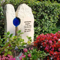 Doppelgrabstein Familiengrabstein Sommer pflegeleiche Blumen Grab Grabgestaltung Grabbepflanzung Doppelgrabstein Familiengrabstein Sandstein Friedhof Melaten Köln