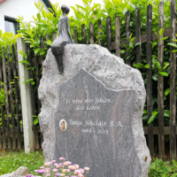 Doppelgrabstein Familiengrabstein Felsen Findling Grabsteine Granit Paradiso Bronze Figur Sternenguckerin Jena Cospeda Friedhof