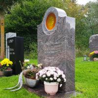 Friedhof Ronshausen Steinmetz Grabstein Urnengrabstein Grabgestaltung Urnengrab Wiesengrab Rasengrab Grabschmuck Grabdeko Granit Paradiso
