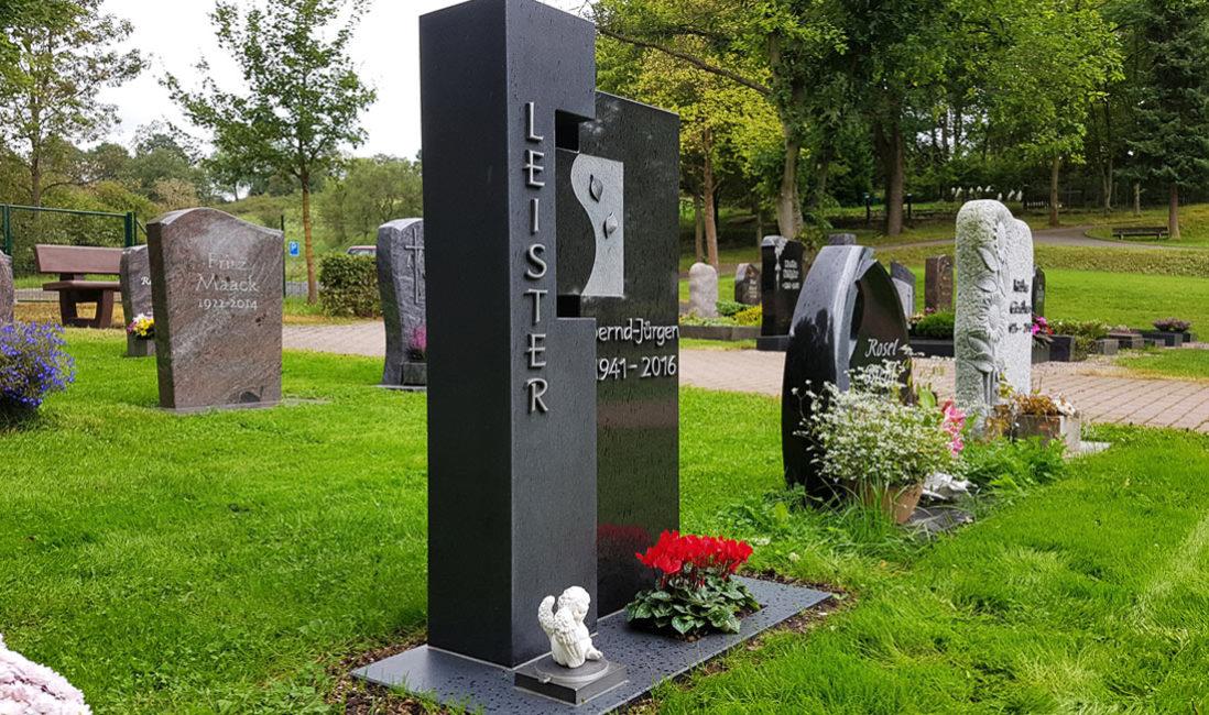 Gedenkstein Urnengrabmal Granit Ronshausen Friedhof Seitenansicht
