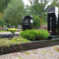Einfassung Grabeinfassung Einzelgräber schwarzer polierter Granit Sommerliche Grabbepflanzung immergrün Friedhof Ronshausen