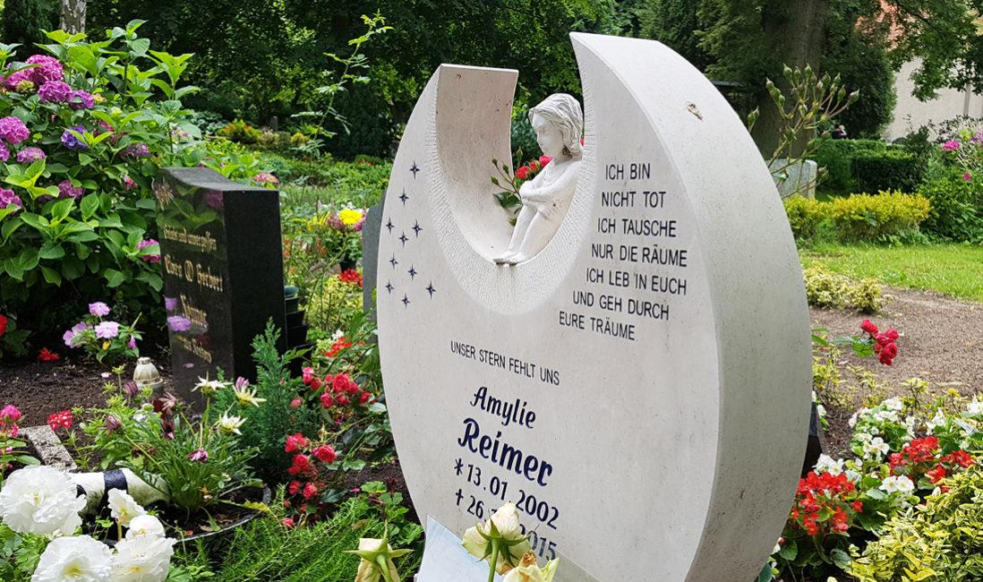 Grabstätte Einzelgrab Gestaltung Sommer Junge Menschen Kinder Kindergrabsteine Grabspruch Grabinschrift Gravur Grabsteinspruch Kind