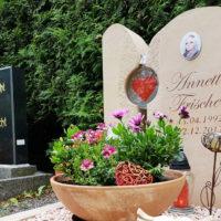 Urnengrab Gestaltung Kies pflegeleichte Grabschale Grabschmuck dekorieren Junges Menschen Grabstein Sandstein Großschwabhausen Friedhof