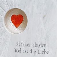 Marmor Grabstein Glas Herz Grabspruch Stärker als der Tod ist die Liebe