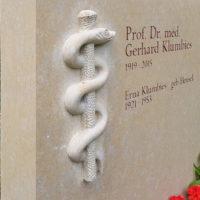 Schrift Inschrift Beschriftung Grabstein Symbol Aesculap Stab Schlange Mediziner Arzt Kalkstein Familiengrabstein