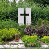 Grabsteine Mustergräber pflegeleichte Doppelgrabgestaltung ganzjährig mit Bodendeckern