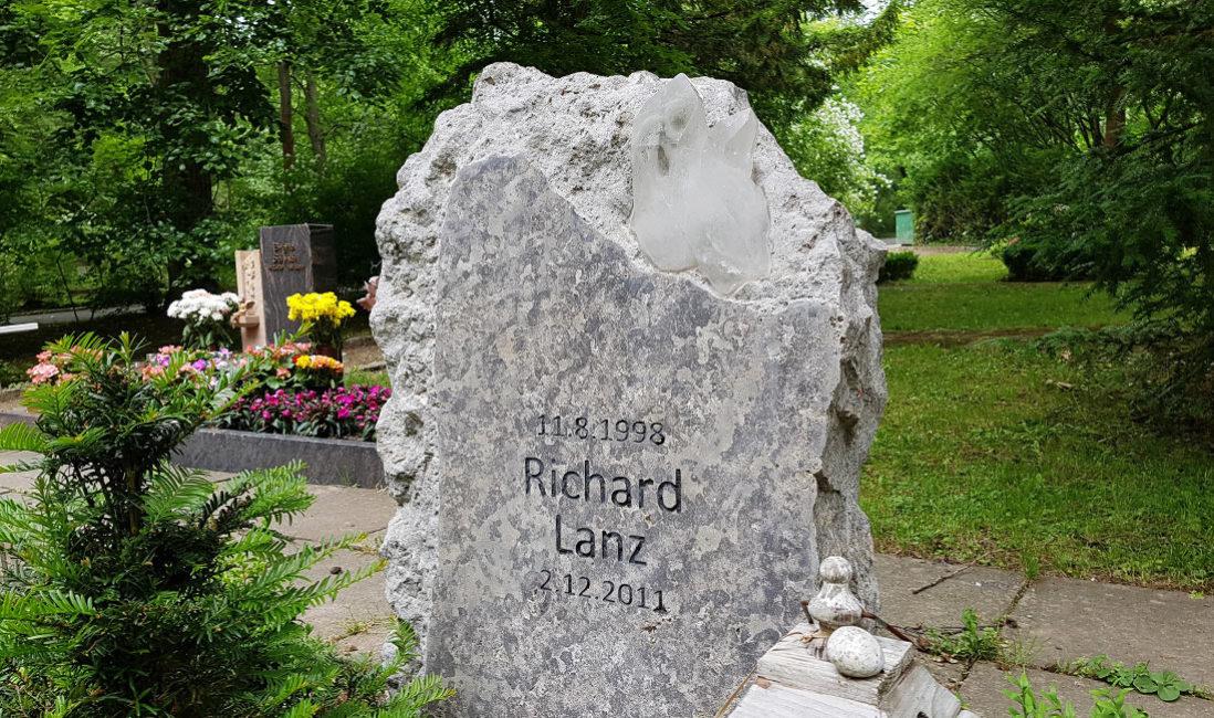 Grabstein Felsen Findling rustikal Kalkstein mit Kristall Grabstein junge Menschen Erfurt Hauptfriedhof