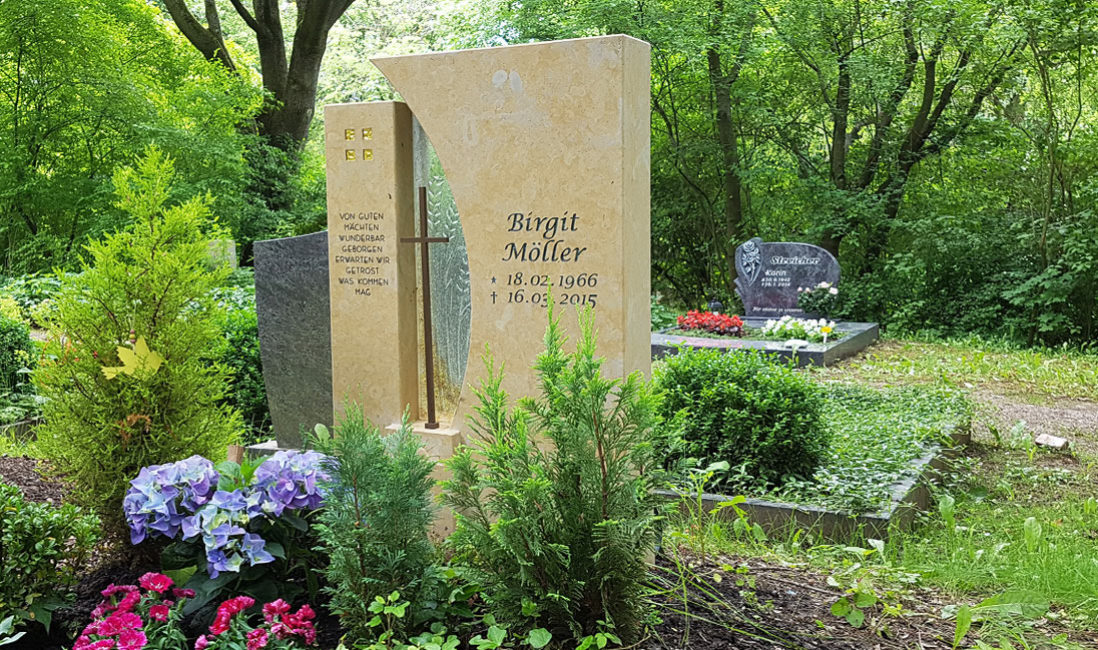 Grabstein Metall Kreuz christliches Symbol Grab Pflanzen Schatten wenig Sonne Beispiel Idee Bilder Steinmetz Erfurt Hauptfriedhof