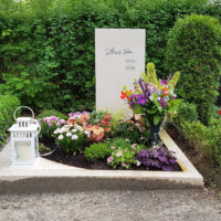 Urnengrabstätte mit Grabstein und Bepflanzung im Sommer Herbst Beispiel