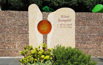Grabmal für ein Urnengrab aus Kalkstein in Bad Hersfeld auf dem Friedhof Frauenberg