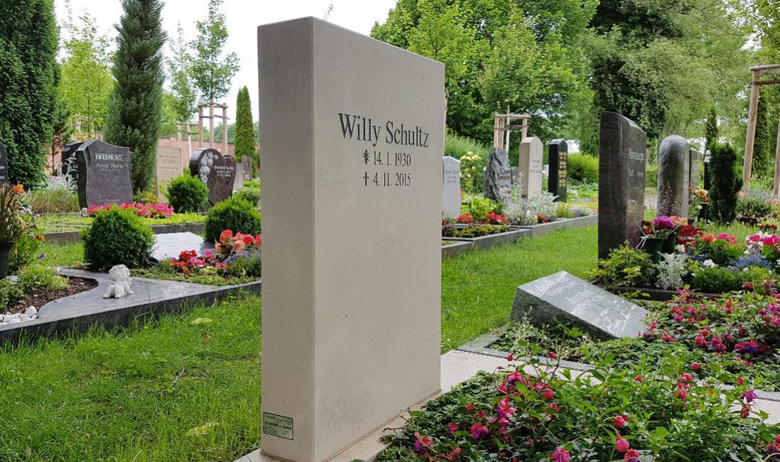 Grabstein Urnengrab Kalkstein Erfurt Friedhof Hochheim Detail