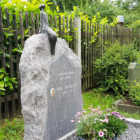 Doppelgrabstein Familiengrabstein Doppelgrab Felsen Findling Grabstein Bronze Figur Sternenguckerin Friedhof Cospeda Jena