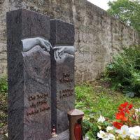 Grabmal zweigeteilt zweiteilig Michelangelo berührende Hände Granit Paradiso poliert Friedhof Georgenthal Steinmetz