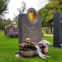 Urnengrabstätte Wiesengrab Rasengrab pflegeleicht Grabstein Glas Element Sonne Granit Paradiso ploiert