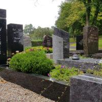 Grabeinfassung Grabumrandung für Einzelgrabstätte in Granit schwarz poliert Grabgestaltung immergrün Friedhof Ronshausen