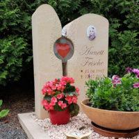 Grabstein Junge Menschen Sandstein zweiteilig Sandstein Glas Element Herz Urnengrab Kies Einfassung pflegeleicht Friedhof Großeschwabhausen