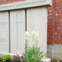 Doppelgrabstein Familiengrabstein Gestaltung große Grabsteine für Familiengräber Doppelgräber Ideen Beispiele Fotos Bilder Friedhof Erfurt Hochheim