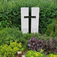 Doppelgrabstein Grabgestaltung Doppelgrab mit Büschen Stauden winterhart kleine Bäumchen Grab