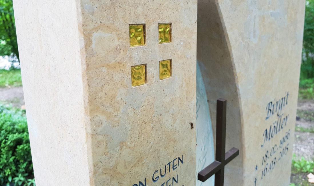 Grabstein Kalkstein hell Kreuz Mosaik Symbol Beispiel Idee