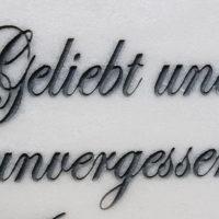 Grabinschrift Grabspruch geliebt und unvergessen Gravur Inschrift Grabstein Urnengrabstein