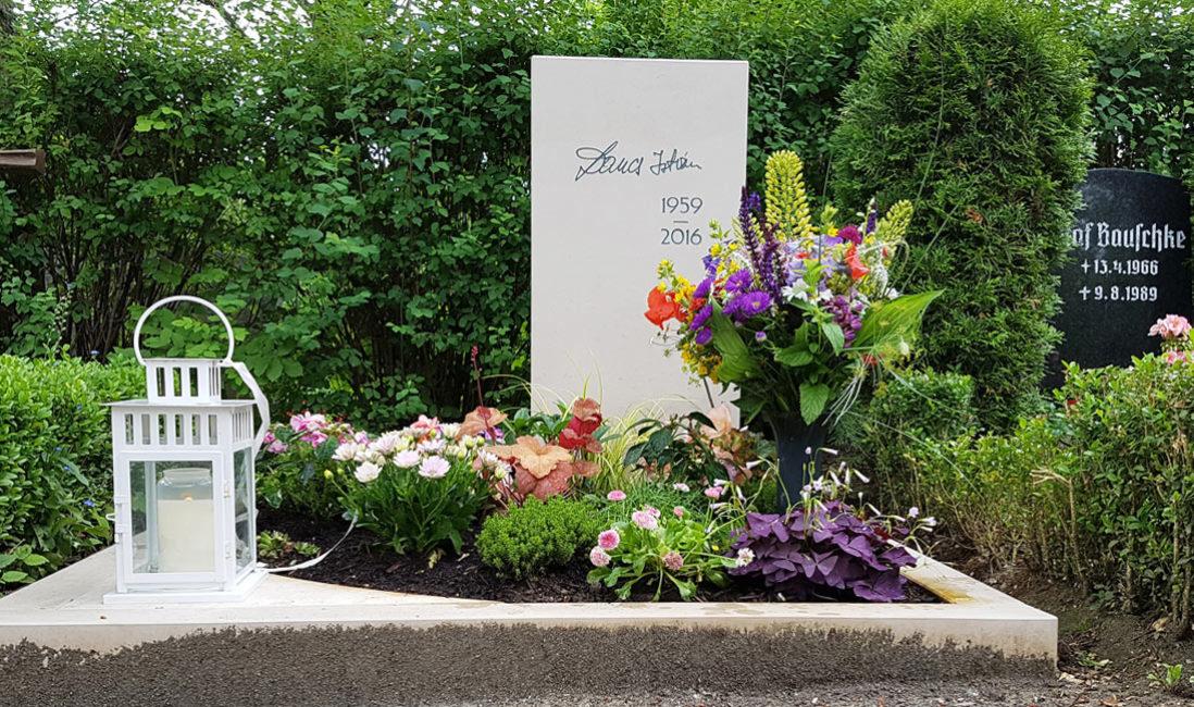 Urnengrab Grabstein Kalkstein stehend weiß hell günstig Umrandung Gestaltung Beispiel Steinmetz Friedhof Erfurt Hochheim