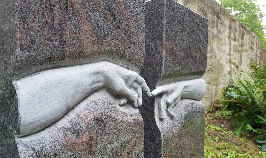 Grabstein Michelangelo Berührende Hände Finger Zweiteilig Granit Paradiso Georgenthal Friedhof Steinmetz poliert