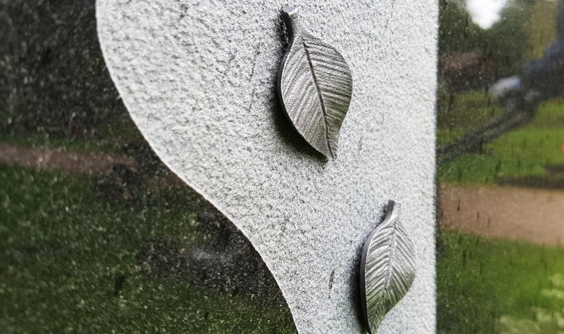 Gedenkstein Urnengrabmal Granit Ronshausen Friedhof Detail