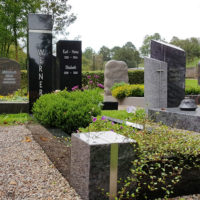 Grabgestaltung Grabbepflanzung Einzelgräber immergrün moderne Grabsteine Granit poliert schwarz sommerliche Grabbepflanzung