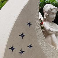 Kindergrabstein Elfe Steinfigur Grabfigur Grabsteinfigur Kalkstein hell Friedhof Benz Usedom Insel