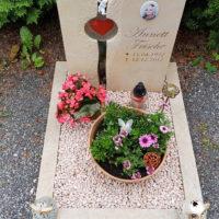 Grabgestaltung mit Kies Urnengrab Urnengrabstätte pflegeleicht einfach Grabdeko Grabschmuck Sandstein Einfassung