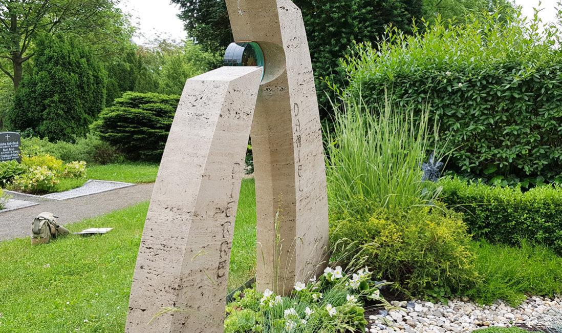 Junge Menschen Besondere Gestaltung Doppelgrab Familiengrab Stelen Travertin Grabstein zweigeteilt mit Glas Einsatz