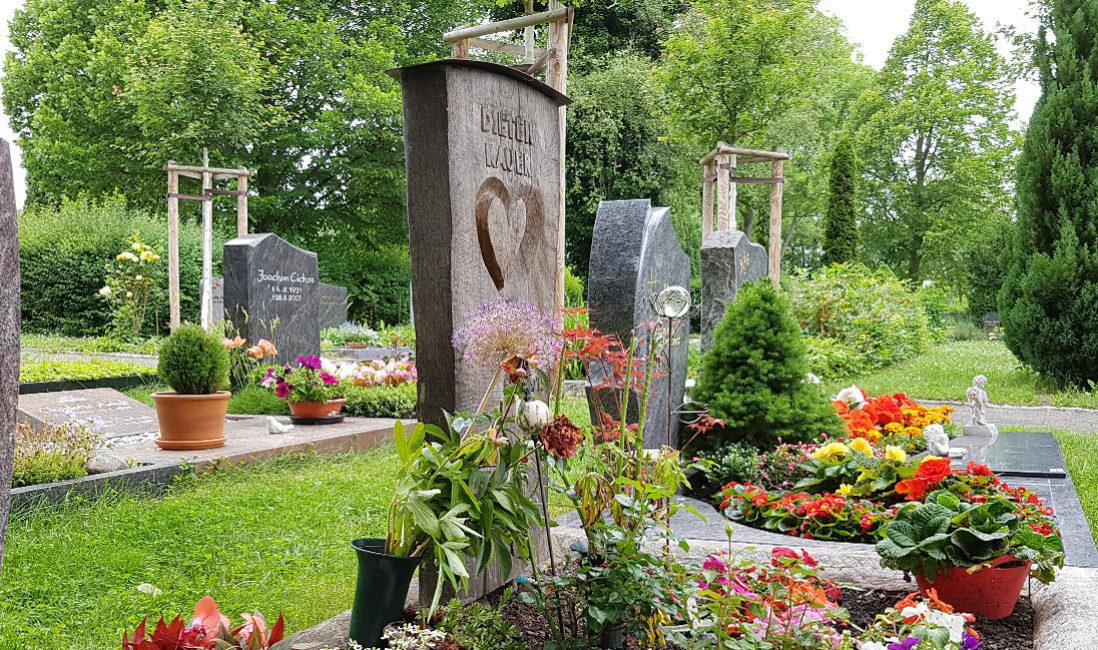 Grabsteine aus Holz Holzgrabmale Urnengrab kaufen bestellen Beispiele Ideen Bilder Fotos Holzgrabstein Friedhof Erfurt Hochheim