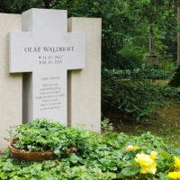 Familiengrabstein Kreuz Symbol Motiv Kalkstein Familiengrabstätte Doppelgrabstein christlich religiös katholisch Hauptfriedhof Erfurt Steinmetz