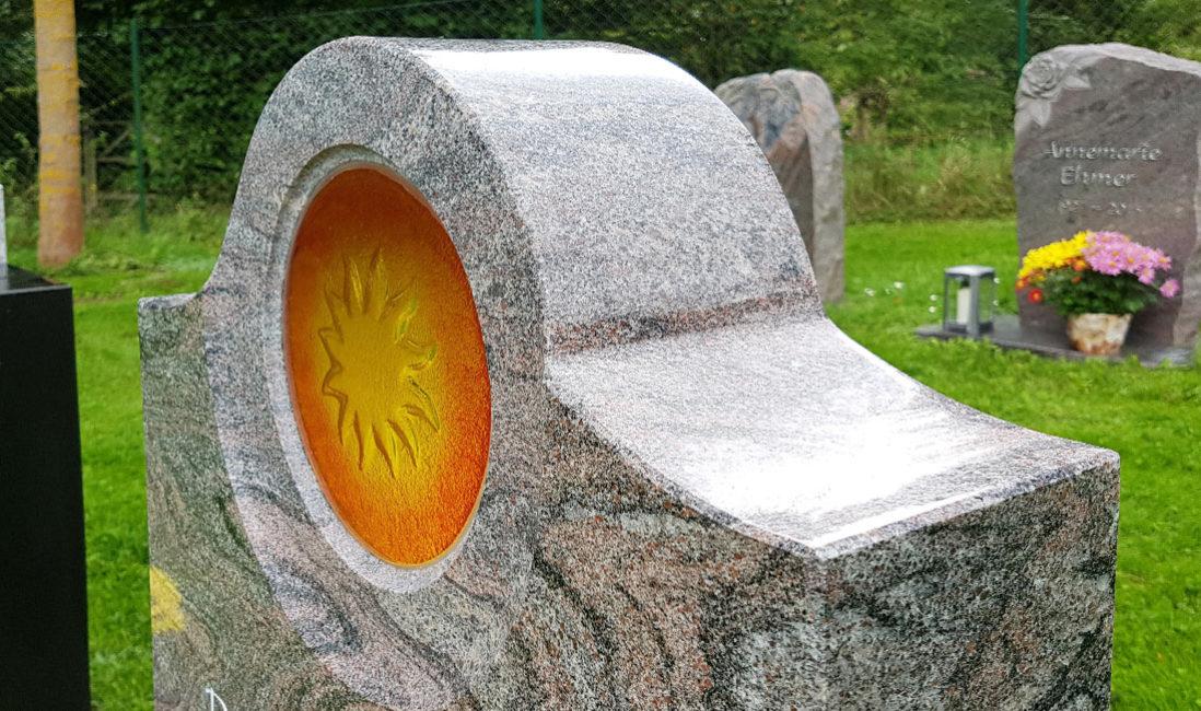 Urnengrabstein Glas Element Einsatz Sonne Granit Paradiso poliert Steinmetz Friedhof Ronshausen