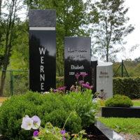 Grabstein zweiteilig Stele Granit schwarz poliert mit Grabbepflanzung Sommer Friedhof Ronshausen Steinmetz
