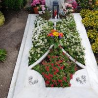 Kreative Grabgestaltung Grab im Sommer Blumen Pflanzen Beispiel modern Blumen Bodendecker
