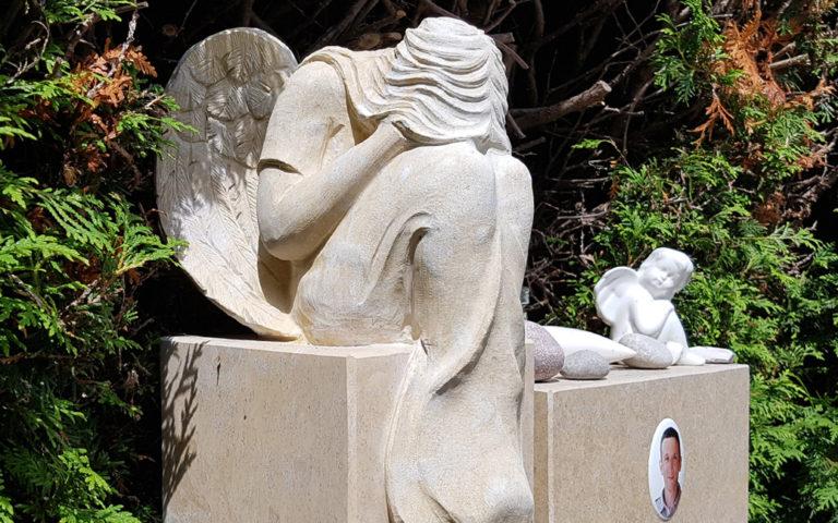 Trauernder Engel Grabstein Kindergrabstein Kalkstein Junge Menschen Friedhof Weida Thüringen
