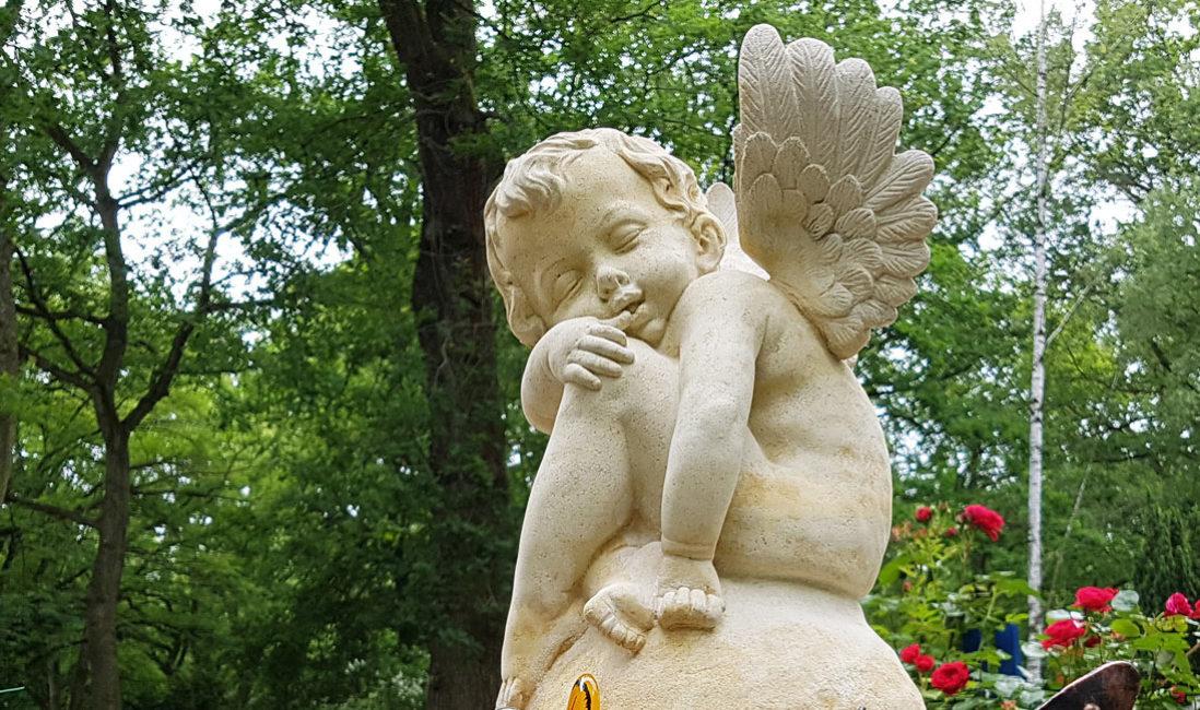 Kindergrabstein  Engel Kindergrab  Engel Grabstein Sandstein Trauernde Engelfigur Friedhof Erfurt Steinmetz Hauptfriedhof