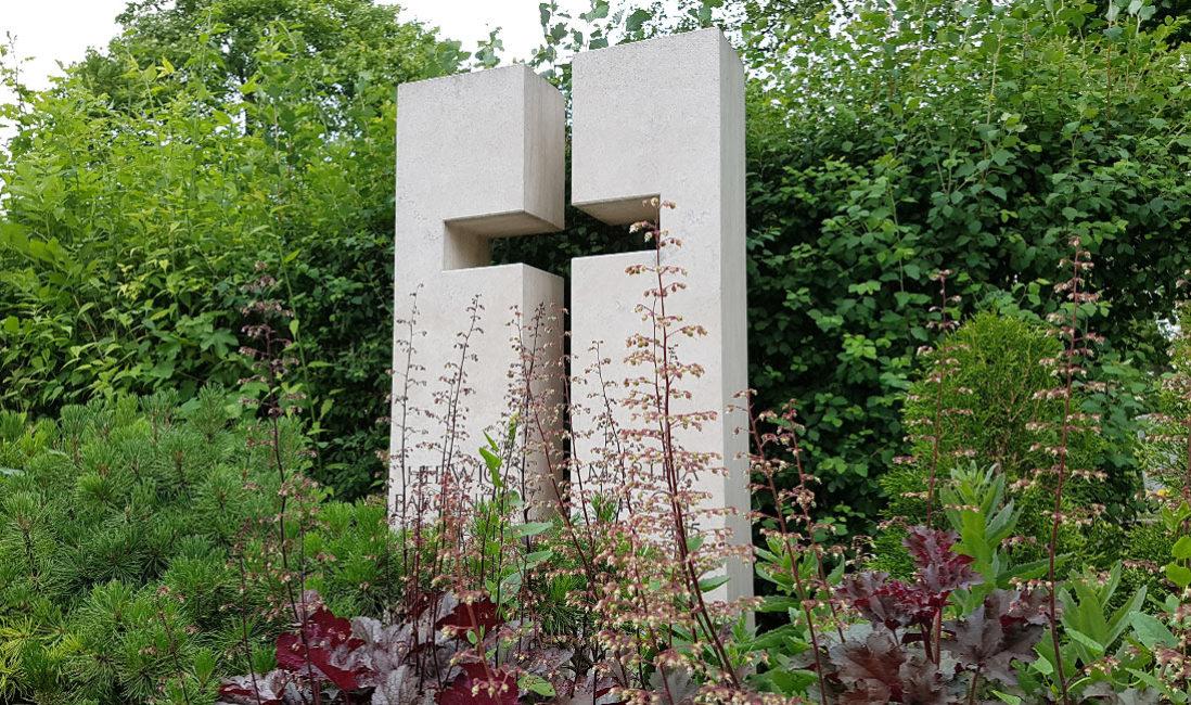 freundlicher heller Doppelgrabstein Doppelgrabmal Motiv Symbol Kreuz religiös christlich Kalkstein hell weiß Steinmetz Friedhof Erfurt Hochheim