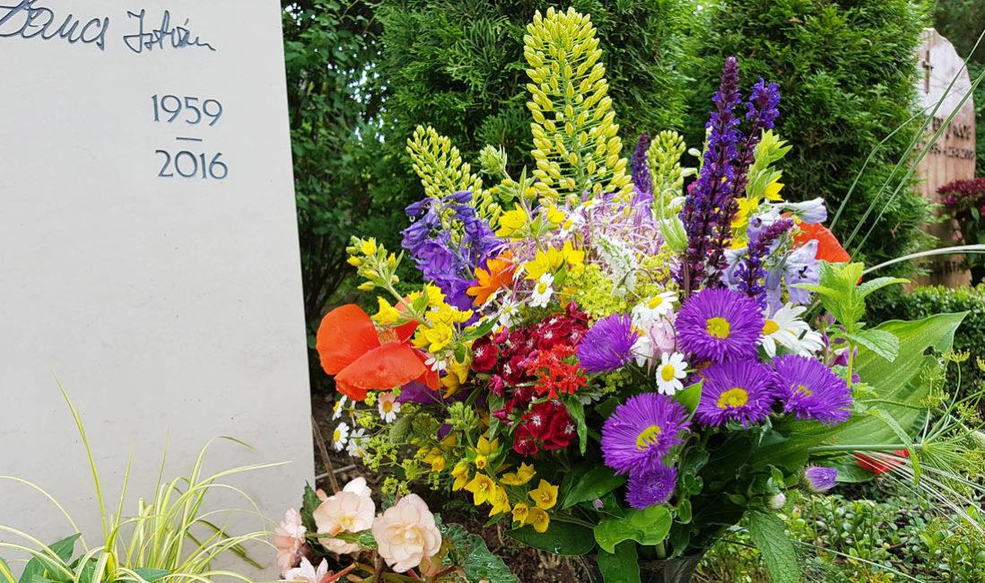 Blumen für das Grab Grabblumen Friedhofsblumen Muster Ideen Bilder Fotos Beispiele